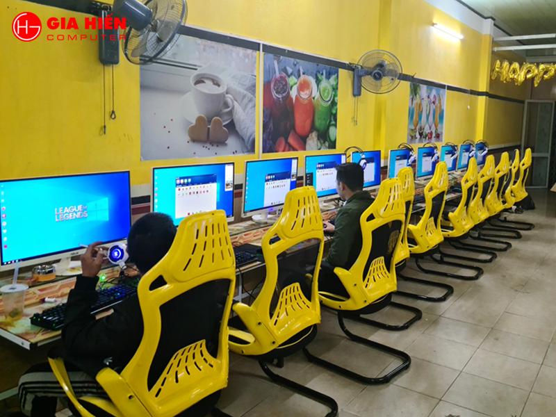Không gian phòng game được sơn với tông màu Vàng kết hợp với tranh ingame.